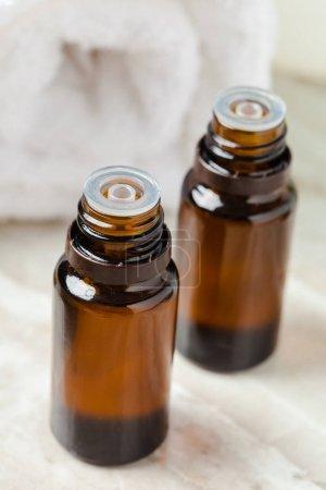 Photo pour Bouteilles d'huile essentielle se bouchent - image libre de droit