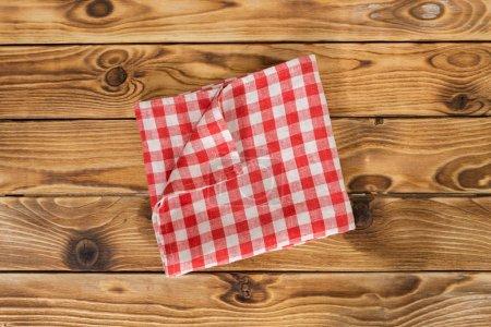 Photo pour Fond avec table en bois vide avec nappe - image libre de droit