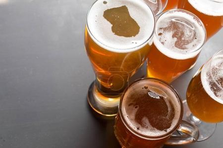 Lager verres à bière sur la table