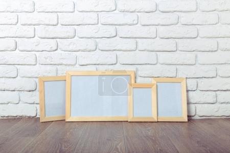 Photo pour Cadres de tableau sur le mur de briques - image libre de droit