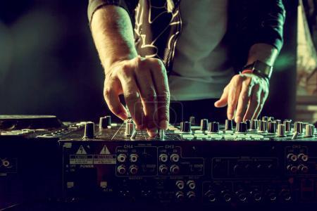 Photo pour DJ jouant de la musique au mélangeur closeup - image libre de droit