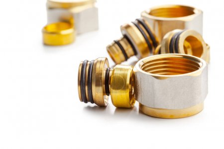 Photo pour Ensemble de raccords de tuyauterie en métal-plastique, adaptateurs, bouchons isolés sur fond blanc - image libre de droit
