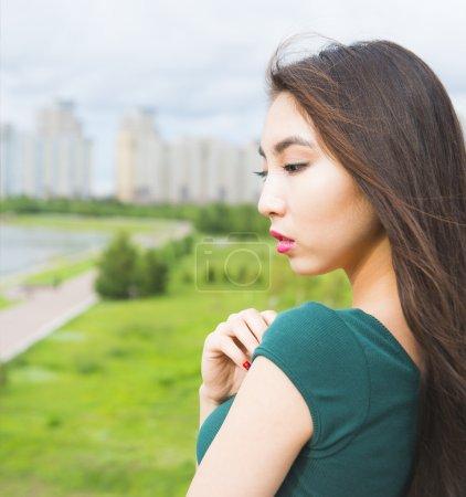 Photo pour Femme adulte pensant à Central Park. Jeune femme triste - image libre de droit