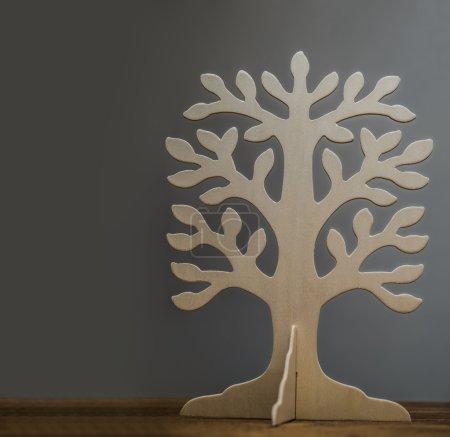 Photo pour Cadre vide de l'arbre généalogique sur table en bois isolé sur fond gris - image libre de droit