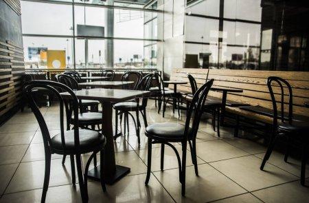 Photo pour Intérieur du café avec tables et chaises vides. Concept de salle à manger moderne - image libre de droit