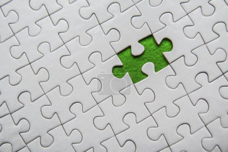 Photo pour Mise en place manque une pièce du puzzle. Plaine blanche jigsaw puzzle. exception à la notion de règle - image libre de droit