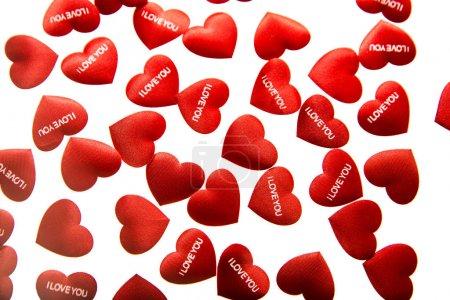 Photo pour Fond de Saint-Valentin avec des cœurs rouges, isolé sur fond blanc. je t'aime - mots . - image libre de droit