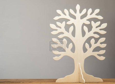 Photo pour Image du cadre vide classique de l'arbre généalogique sur table en bois isolé sur fond gris - image libre de droit