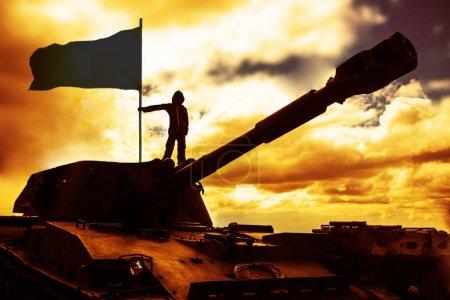 Photo pour Un soldat mâle contre l'aube du soleil. Silhouette d'un soldat de l'armée sur char - image libre de droit