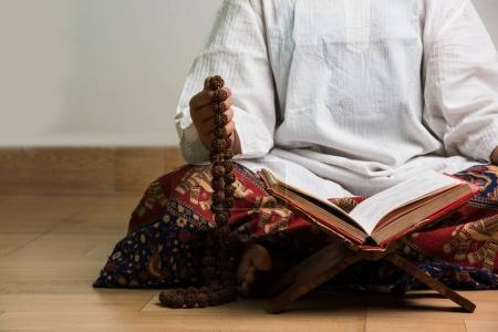Photo pour Gros plan image de la main tout en faisant Méditation avec mala rudraksha ou chapelet perles - image libre de droit