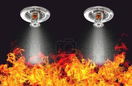 Photo pour Image de gicleurs d'incendie Pulvérisation avec fond de feu. Les extincteurs automatiques font partie d'un protocole de sécurité global pour la sécurité incendie et la sécurité des personnes . - image libre de droit