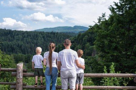 Photo pour Jeune famille avec deux enfants en milieu naturel. Fin de semaine en famille. - image libre de droit