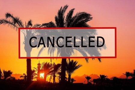 Foto de Crisis en el sector turístico debido a los brotes de coronavirus. Texto de sello rojo y de viaje almacenado. Texto cancelado en una playa tropical con palmeras. Cancelación de un crucero debido al Covid-19 - Imagen libre de derechos