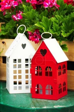 kleine niedliche Gartenhäuser mit herzförmigen Fenstern im Garten
