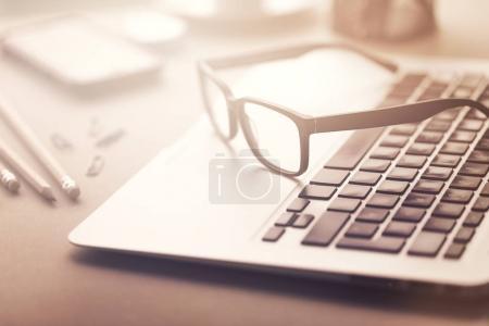 Nahaufnahme der Brille auf dem Laptop