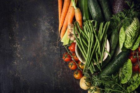Photo pour De dessus assortiment de légumes frais récoltés crus sur la table . - image libre de droit