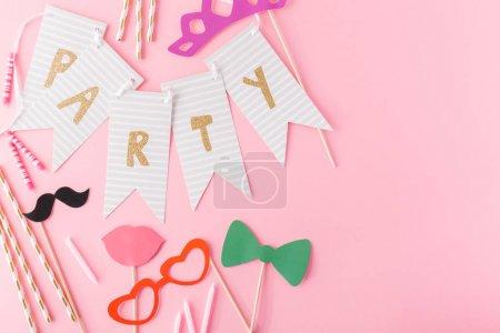 Photo pour De dessus assortiment d'accessoires pour la fête sur fond rose doux . - image libre de droit