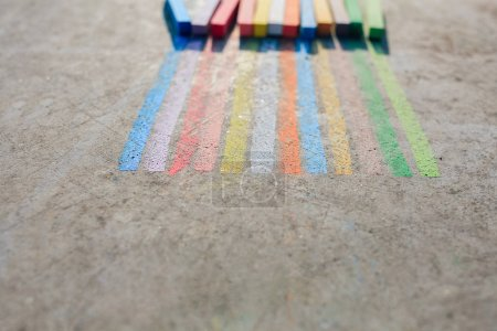 Photo pour Craies de couleurs arc-en-ciel avec espace vide - image libre de droit