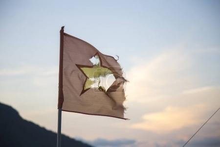 Photo pour Lambeaux drapeau vietnamien sur mât de drapeau extérieur - image libre de droit