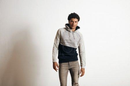 Photo pour Jeune athlète sexy porte blanc gris pull à capuche noir et jeans en détresse isolé sur blanc - image libre de droit