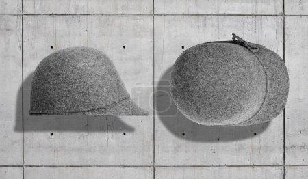 Photo pour Chapeau fantaisie en feutre gris bruyère pour femmes avec bord seulement à l'avant et un petit tir d'arc du côté et du haut isolé en béton gris neutre arrière-plan industriel . - image libre de droit