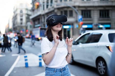Photo pour Première fois pour une jeune entrepreneur et start-up Bureau fille désire de découvrir la technologie de réalité augmentée de l'avenir - image libre de droit