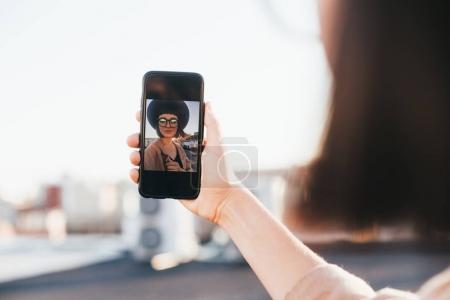 Photo pour Femme de hipster jeune cool et branché avec smartphone prenant selfie - image libre de droit