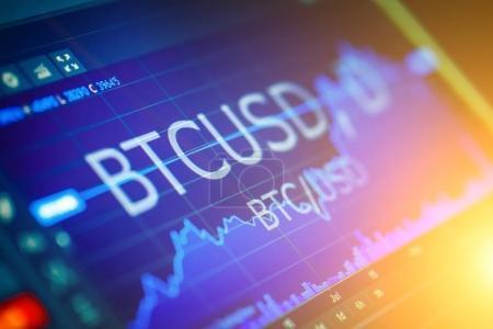 Photo pour Data analyzing in exchange stock market : the charts and quottes on display. Paire analytique BTC-USD (Bitcoin / Dollar US), la paire de Bitcoin la plus populaire au monde . - image libre de droit