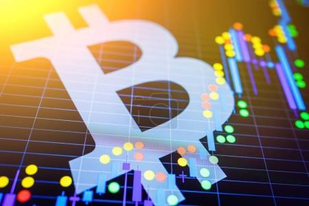 Photo pour Analyse des données en bourse : la bougie s'affiche. Changement de prix analytique crypto-monnaie BTC en USD (Bitcoin / Dollar américain), la paire la plus populaire dans le monde. Gros logo Bitcoin . - image libre de droit