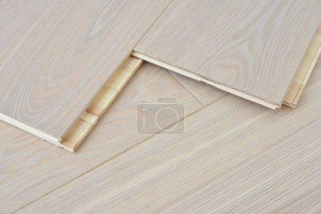 Photo pour Planches de parquet plancher en bois naturel avec articulation de verrouillage - image libre de droit