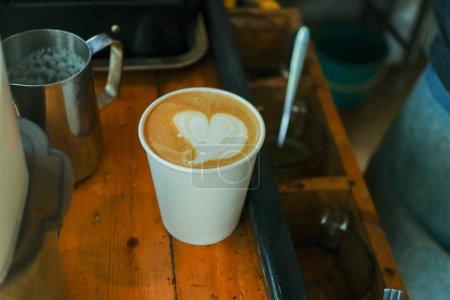 Photo pour Cappuccino avec latte art sur table en bois. - image libre de droit