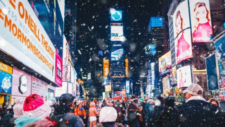 Photo pour New York City, USA - March 18, 2017: People and famous led advertising panels in Times Square during snow, one of the  symbol of New York City. - image libre de droit
