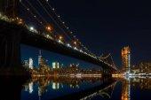 """Постер, картина, фотообои """"Нью-Йорк Сити панорамный вид пейзаж Манхэттена с знаменитый Бруклинский мост ночью."""""""