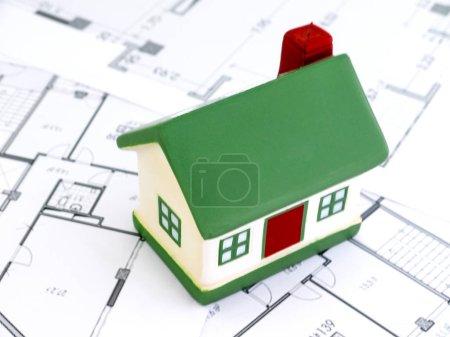 Photo pour Maisons miniatures hypothèque et immobilier investissement ou assurance de biens - image libre de droit