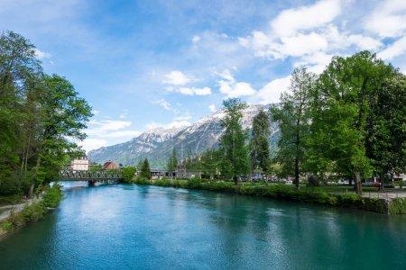 Photo pour Vue de Beaurivage Brucke, lien entre Interlaken Ost et Harderbahn, station de funiculaire à Harder Kulm. Rivière menant au lac Brienz . - image libre de droit