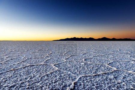 Photo pour Lever de soleil au Salar de Uyuni en Bolivie, Amérique du Sud ; Concept pour voyager en Bolivie et en Amérique du Sud - image libre de droit