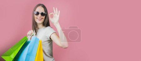 Photo pour Belle fille tenant des sacs à provisions - image libre de droit