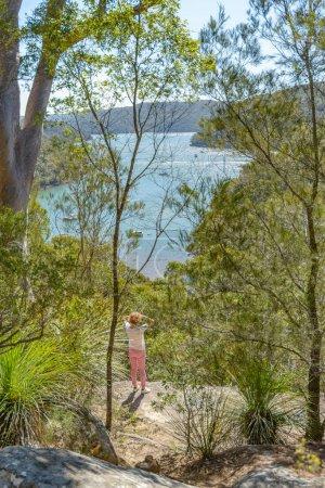 Photo pour Femme à un point de vue sur la piste America Bay dans le parc national Ku-ring-gai Chase, Nouvelle-Galles du Sud, Australie - image libre de droit