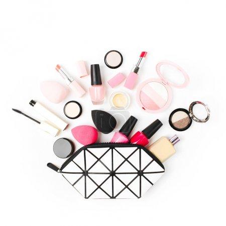 Photo pour Sac cosmétique avec accessoires de beauté et produits de maquillage. Poser de plat - image libre de droit