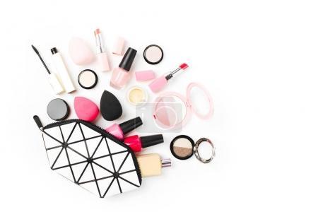 Photo pour Sac cosmétique avec accessoire et maquillage produit de beauté. Vue de dessus, espace copie. - image libre de droit