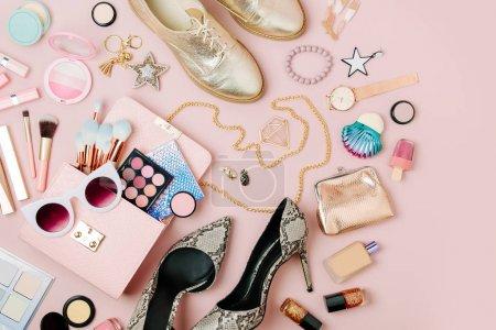 Photo pour Plat laïcs d'accessoires de mode femme, produits de maquillage et sac à main sur pastel couleur fond. - image libre de droit