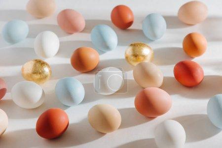 Photo pour Oeufs colorés naturels avec les sunlights du matin. Compositions élégantes dans des couleurs pastel. Concept de Pâques. - image libre de droit