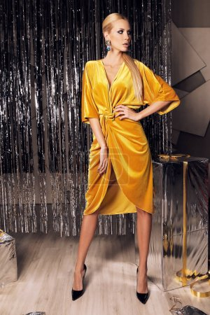 schöne sexy Frau mit blonden Haaren in luxuriösem Outfit
