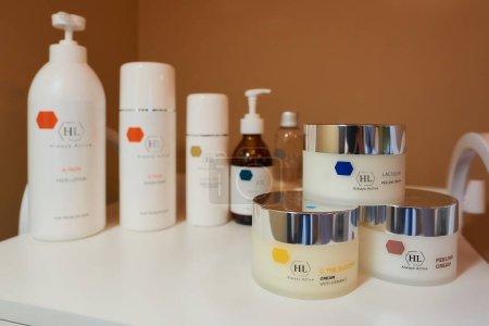 Minsk, Biélorussie - 05.20.2020 : plusieurs types de produits de soins de la peau de Holyland Laboratories / HL sur un chariot blanc dans un bureau de cosmétologie .