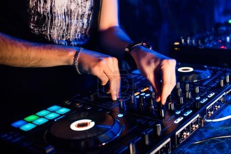 Photo pour Table de mixage et de la cabine du Dj dans la discothèque avec les mains d'un Dj mélanger de la musique et de contrôler les organismes de réglementation - image libre de droit