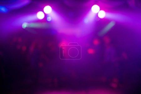 Foto de Fondo púrpura borrosa con Resumen manchas de luz en la fiesta de noche - Imagen libre de derechos