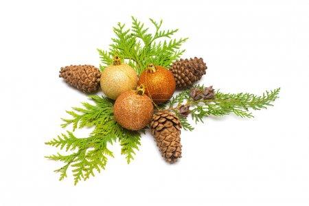 Photo pour Belle carte de Noël faite de boule de décoration, cônes de pin et thuja isolé sur fond blanc. Couché plat, vue du dessus - image libre de droit
