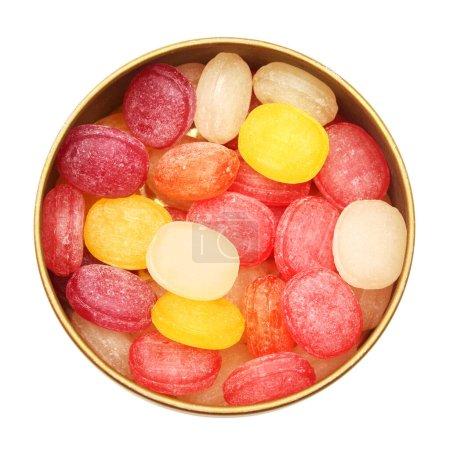 Photo pour Sucre multicolore sucré sucré bonbon dans la boîte isolée sur fond blanc. Pastilles à base de plantes médicinales. Surface plane, vue de dessus - image libre de droit