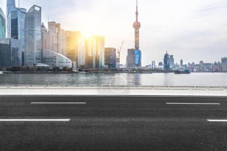 Photo pour Intersection vide du centre-ville, prise de vue à Shanghai, Chine . - image libre de droit