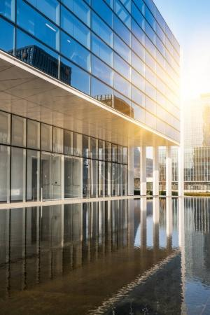 Photo pour Immeuble d'affaires moderne dans le quartier financier avec place vide / trottoir / espace - image libre de droit